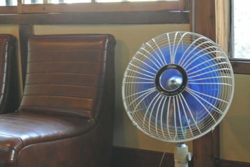 空気循環で扇風機を使う