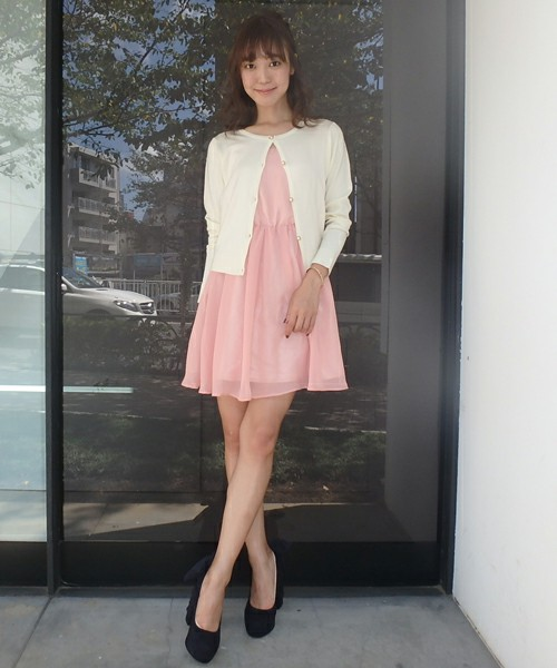 5b7d18bb5ac86 20代女性におすすめのキュートなワンピースファッション。 ピンク+白カーデは婚活ファッションの定番です。